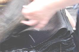 伝統の「硫化染め」は布糸の1本1本を染め抜きます。